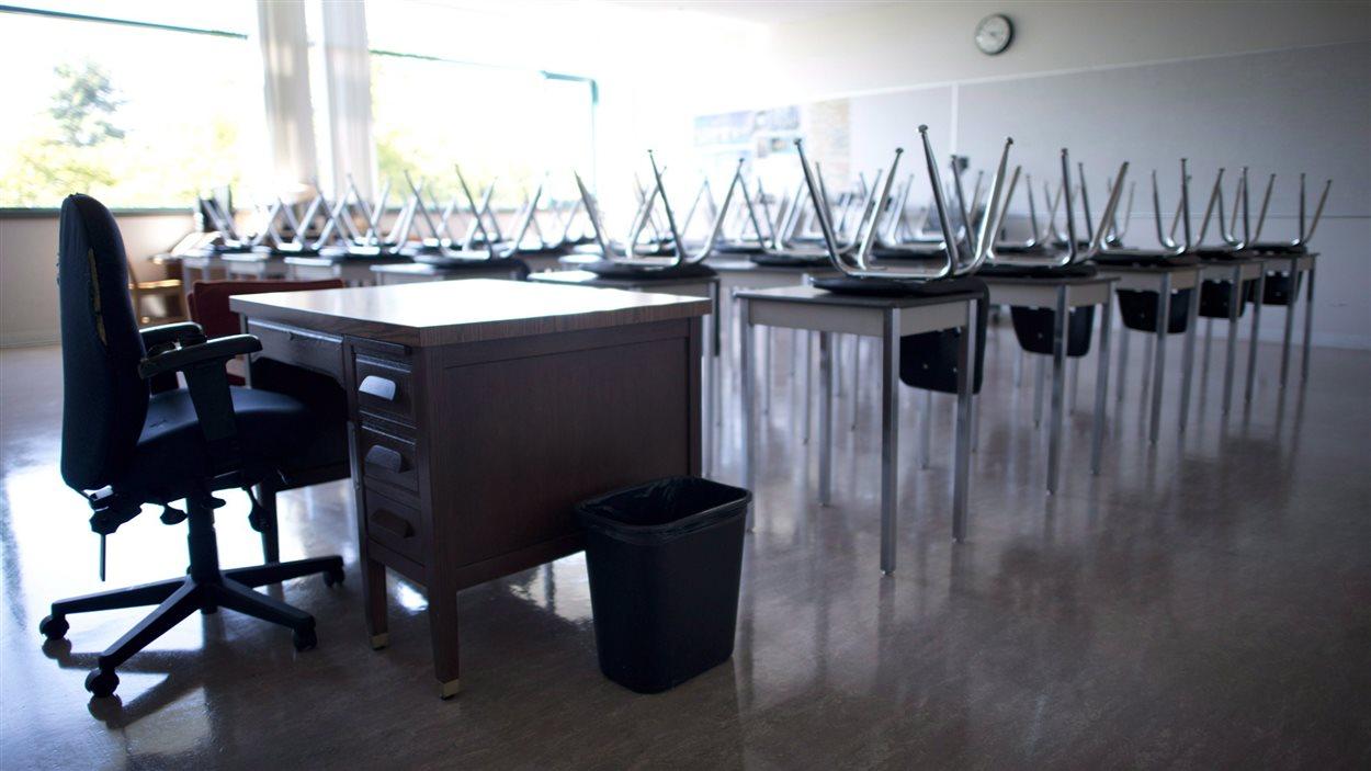 Une salle de classe vide à l'école secondaire McGee de Vancouver, le 5 septembre
