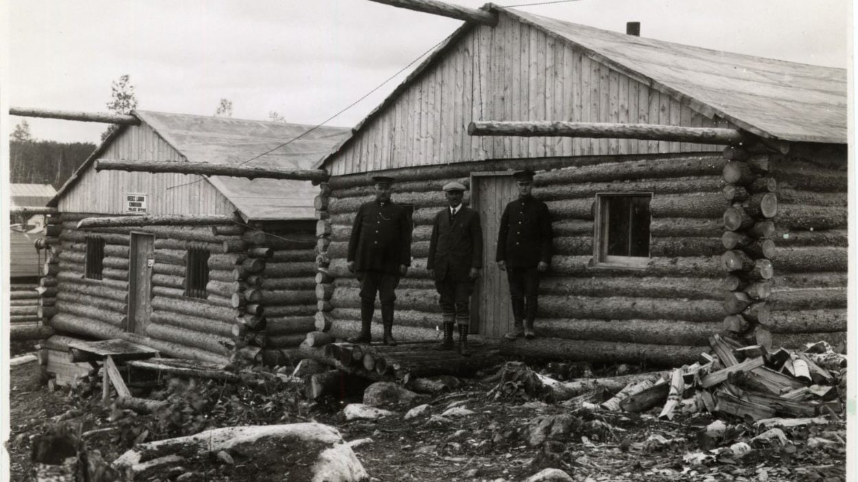 Commission des liqueurs et poste de police vers 1930 à Rouyn.
