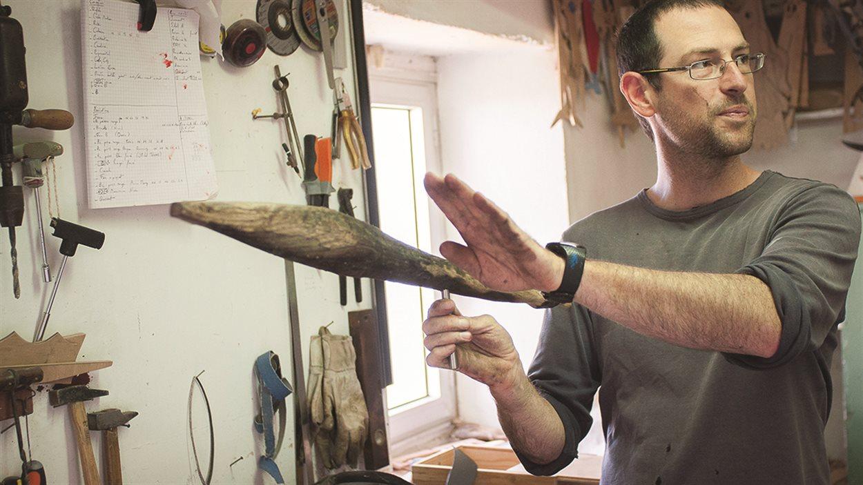 Le créateur de girouettes Mahtieu Thomas, installé sur l'île d'Ouessant, en France.