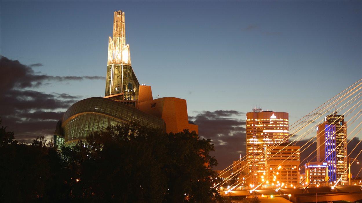 Le Musée canadien pour les droits de la personne (à gauche) et une partie du centre-ville de Winnipeg (à droite).