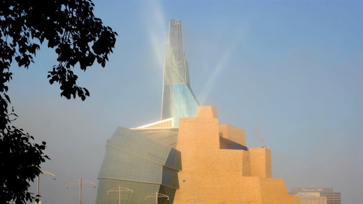 Les reflets du soleil sur le Musée canadien pour les droits de la personne à Winnipeg.