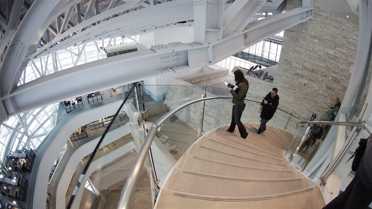 Les escaliers menant à la Tour de l'espoir à l'intérieur du Musée canadien pour les droits de la personne.