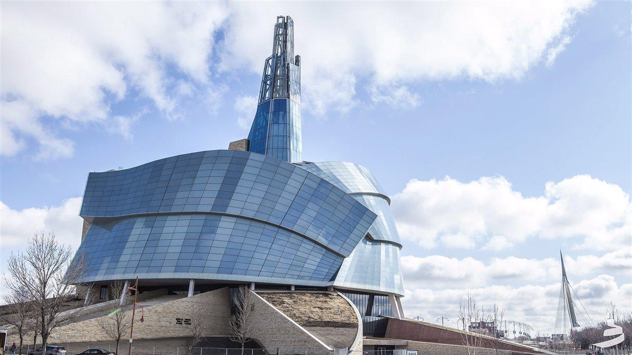 Le Musée canadien pour les droits de la personne avec le pont Provencher derrière (à droite).