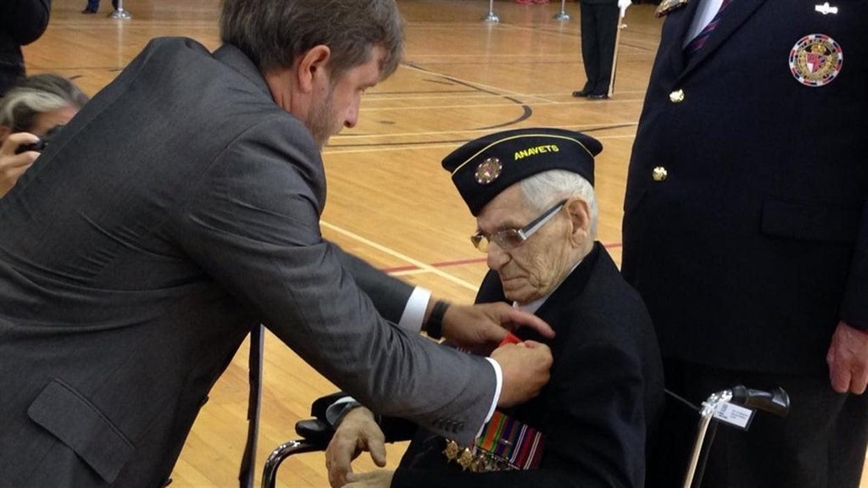 Germain Nault reçoit la médaille de la Légion d'honneur