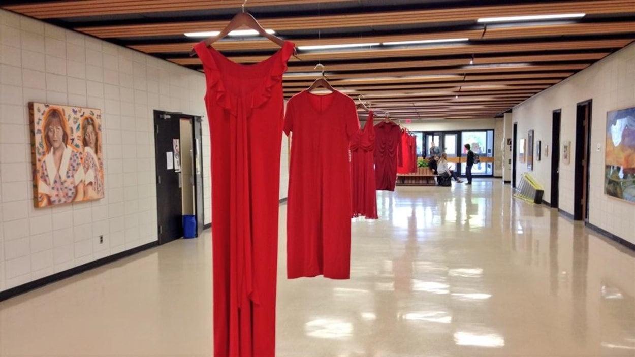 Plus de cent robes rouges installées pour rendre hommage aux femmes autochtones disparues ou assassinées