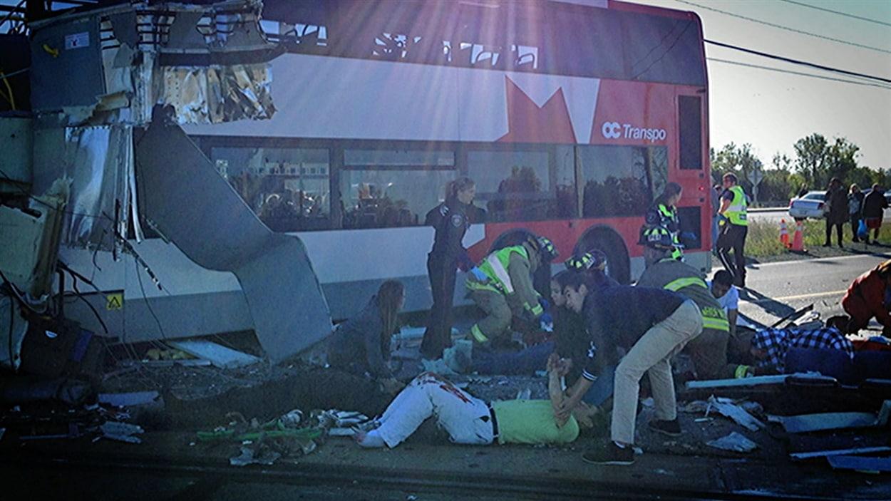 La collision du 18 septembre 2013 entre un autobus d'OC Transpo et un train de Via Rail a fait six morts et une trentaine de blessés (archives).
