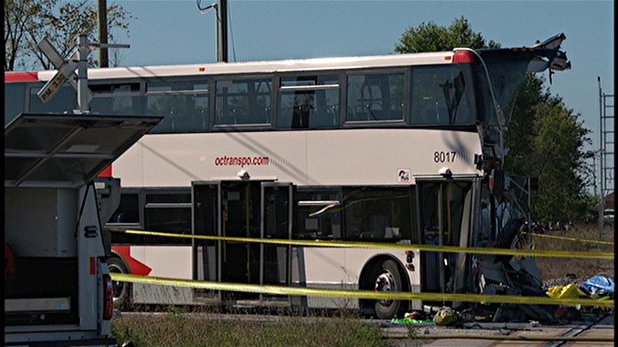 L'autobus d'OC Transpo a embouti un train de Via Rail le 18 septembre 2013, faisant six morts. (archives)