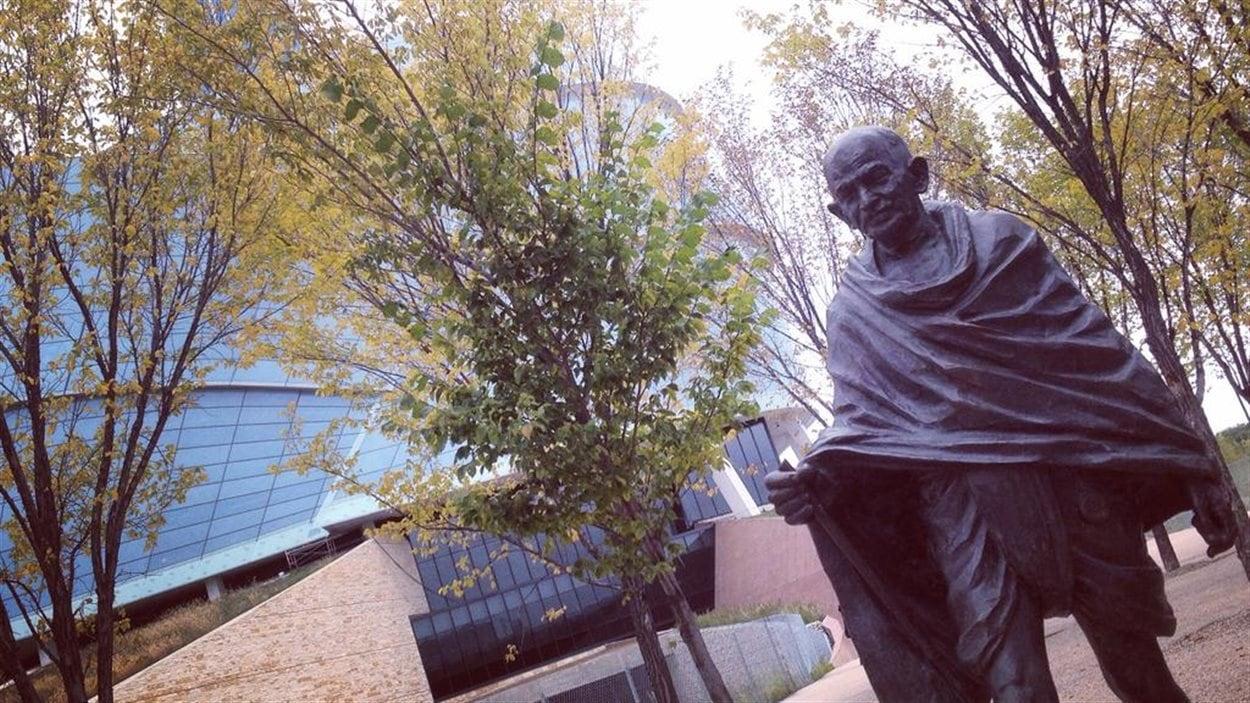 La statut de Gandhi devant le Musée canadien pour les droits de la personne de Winnpeg.