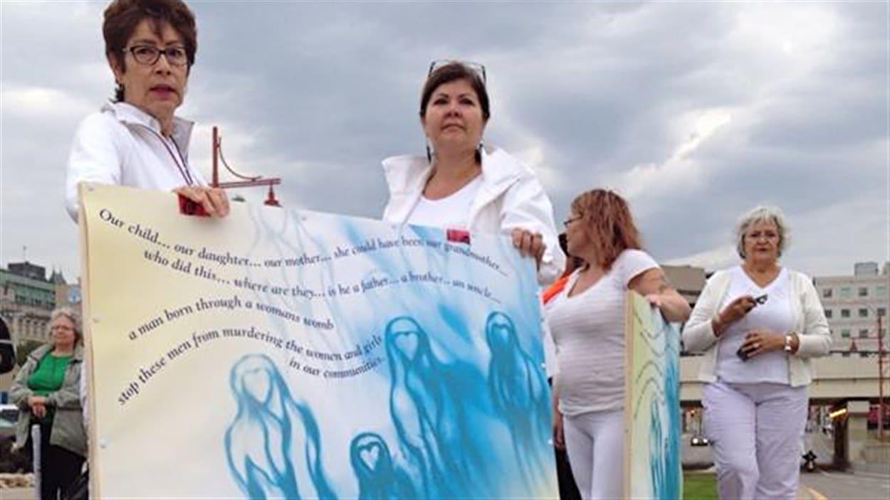 Des manifestantes ont réclamé que les responsables du Musée canadien pour les droits de la personne pensent aux femmes autochtones tuées ou disparues.