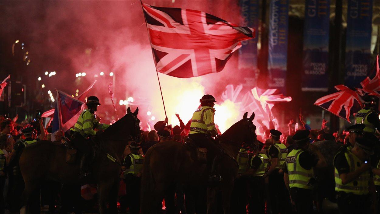 La police a dû intervenir pour séparer des indépendantistes et des unionistes, vendredi à Glasgow.