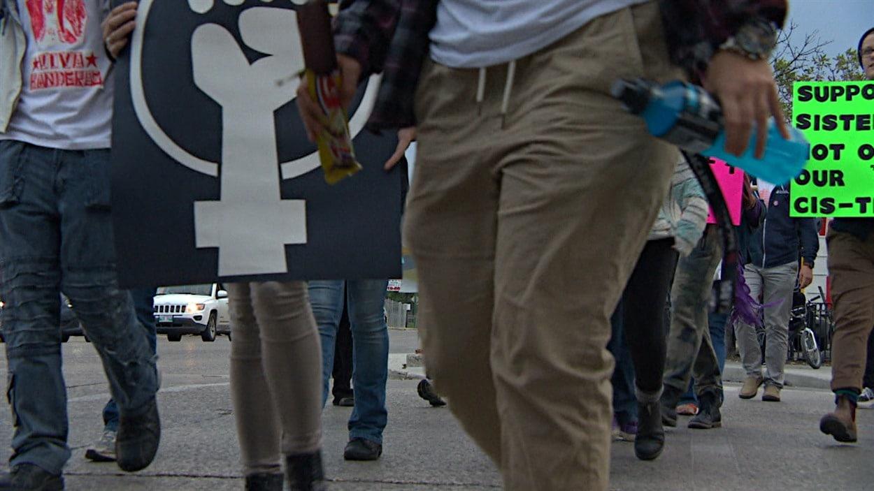 Plusieurs centaines de personnes ont marché dans les rues de Winnipeg jeudi soir pour dénoncer la violence.