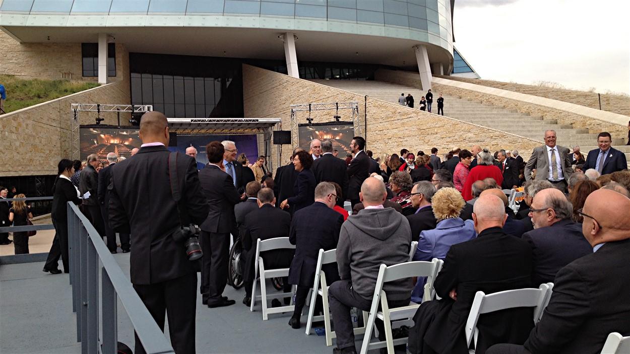 Les dignitaires assis devant le Musée canadien pour les droits de la personne avant le début de la cérémonie.
