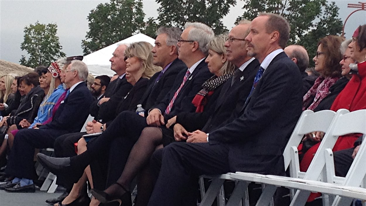 La rangée des dignitaires lors de la cérémonie d'inauguration du Musée canadien pour les droits de la personne, le 19 septembre 2014.