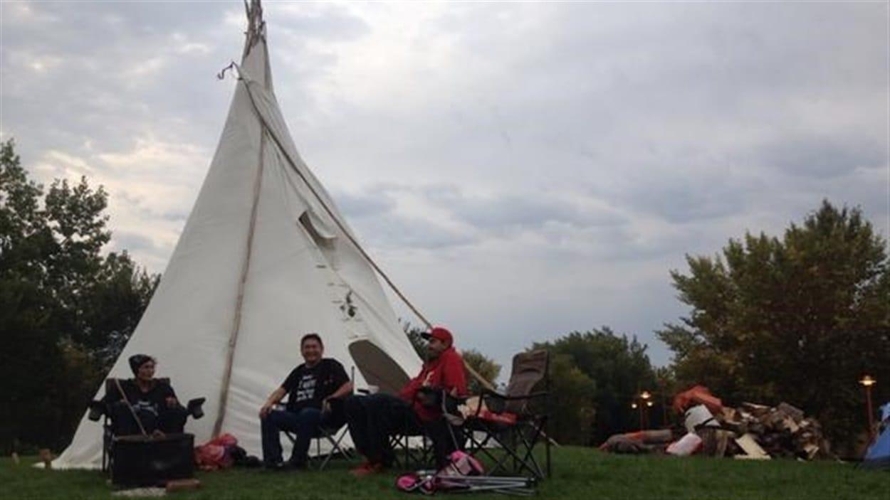 Des membres de la communauté autochtone de Shoal Lake en Ontario sont installés près du Musée canadien pour les droits de la personne. Ils veulent attirer l'attention du public sur leur problème d'eau potable.