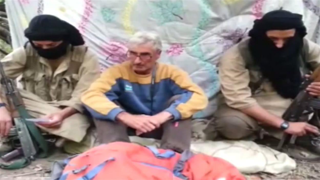 L'otage français Hervé Pierre Gourdel entre deux membres du groupe Djound al-Khilafa, lié à l'État islamique.