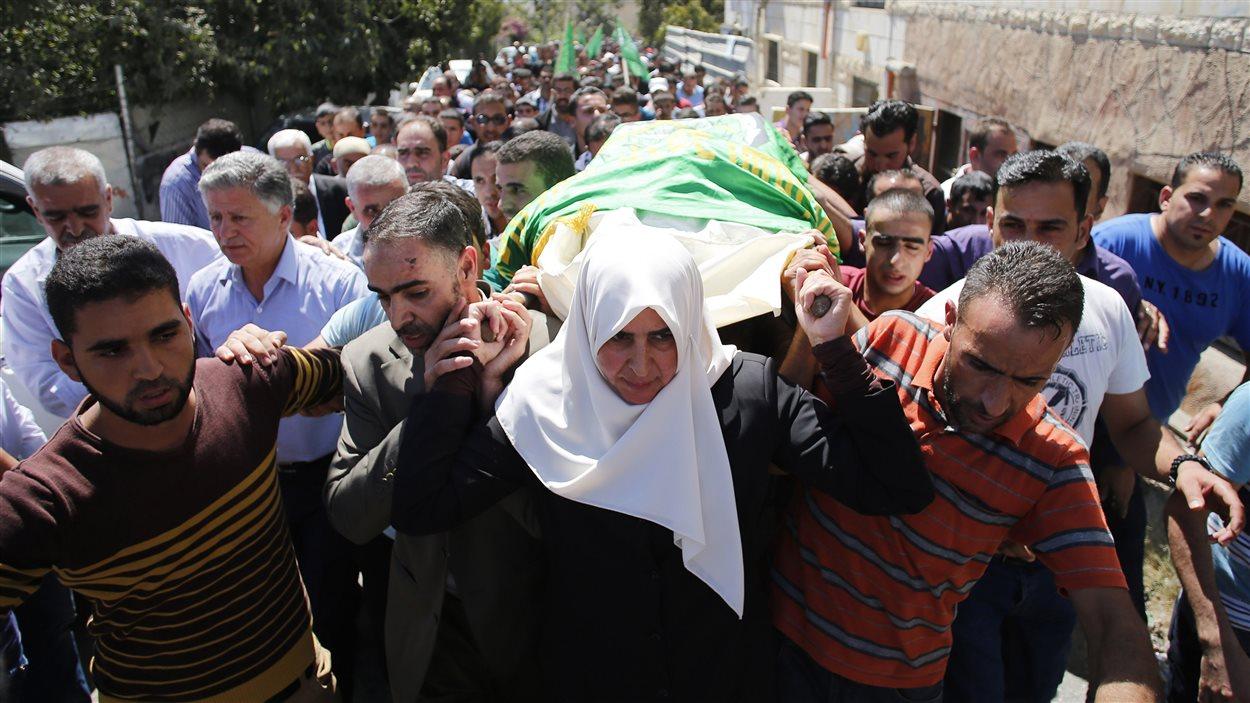 La mère d'Amer Abou Eisheh, l'un des deux suspects abattus par l'armée israélienne, accompagne la dépouille de son fils dans la ville de Hébron le 23 septembre 2014.