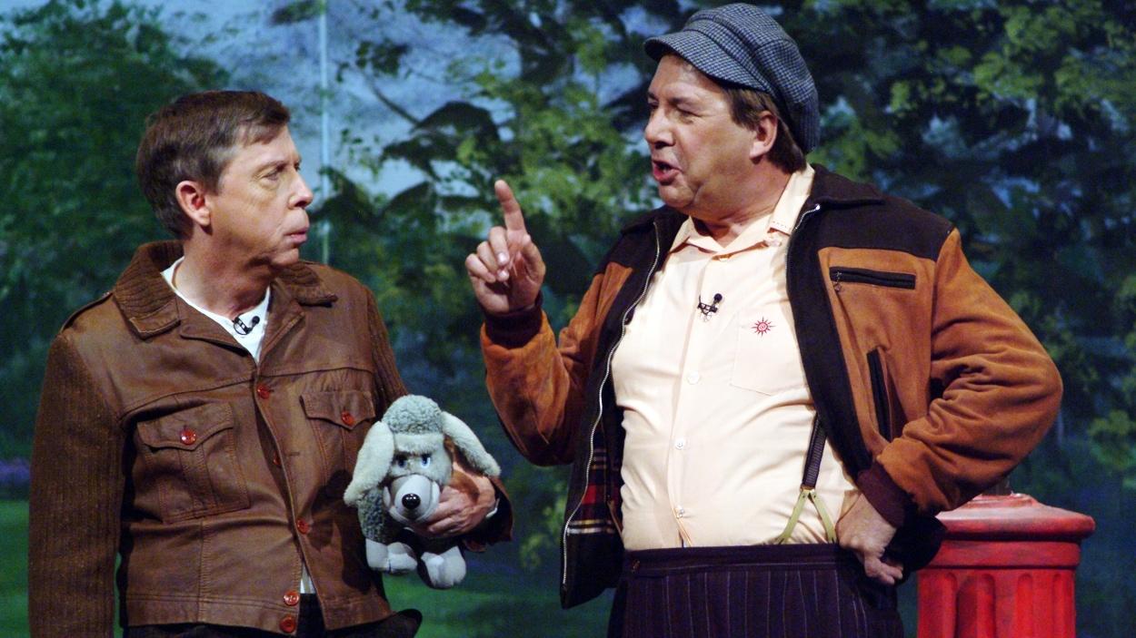 Gilles Latulippe et Rémy Girard dans un sketch de «C'était ça, le burlesque» en 2003.