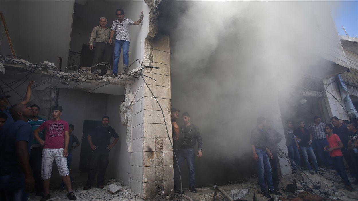 Des Palestiniens se rassemblent sur les lieux où l'armée israélienne a abattu deux suspects palestiniens, relativement au meurtre de trois adolescents israéliens le 12 juin dernier.