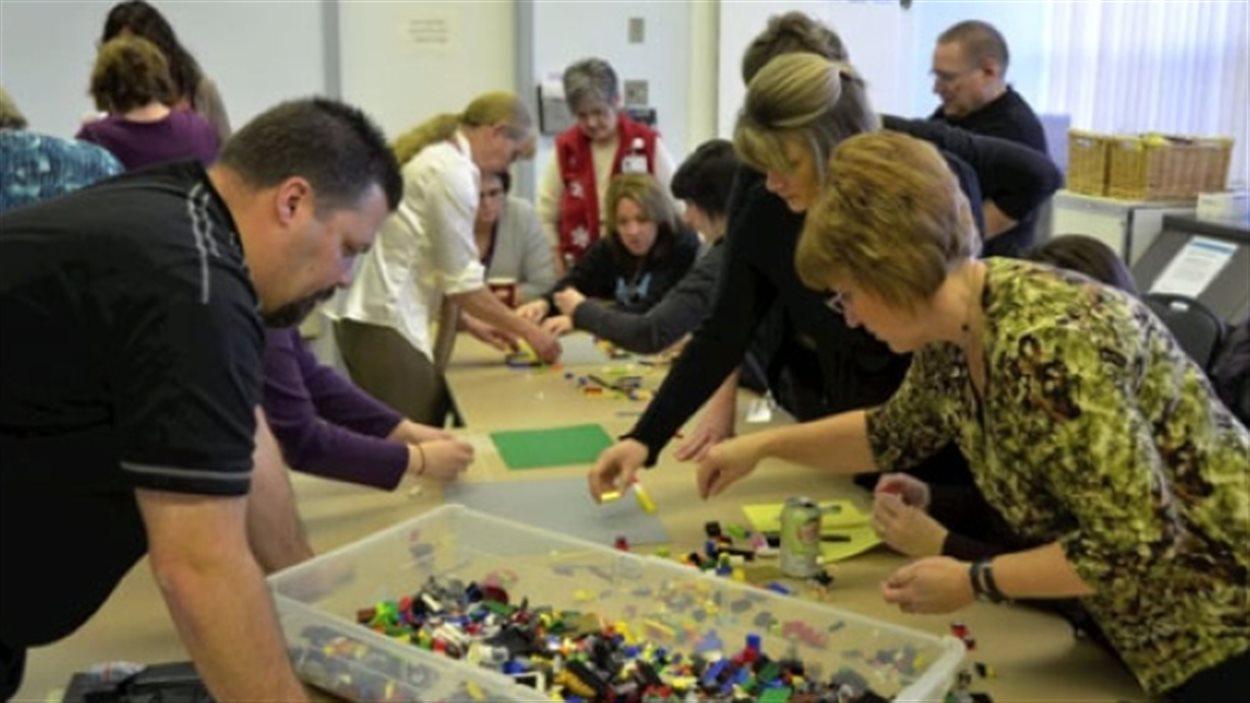Les idées illustrées avec les blocs Legos ont servi à identifier des besoins du futur centre de santé de Leader.