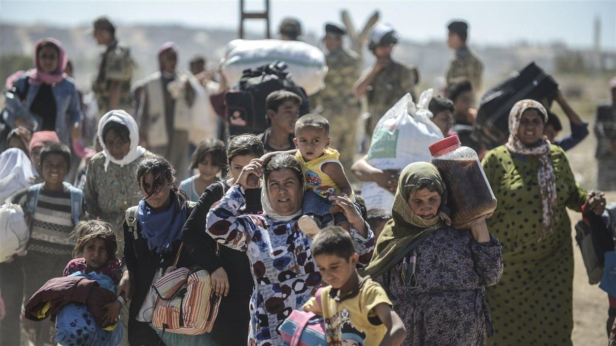 Des réfugiés kurdes syriens tentent de trouver refuge en Turquie
