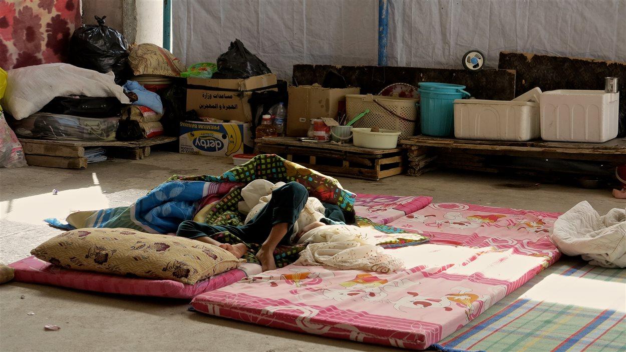 Un lit de fortune dans un camp de réfugiés en Irak