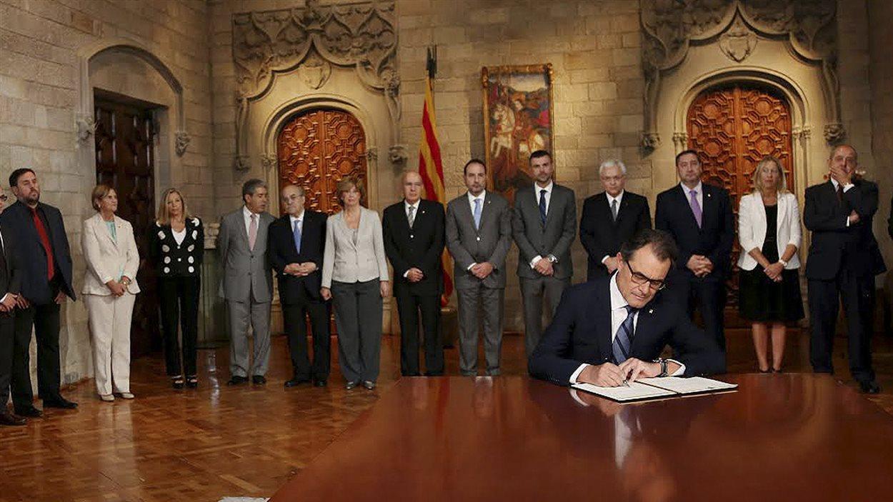 Le président du gouvernement catalan Artur Mas signe un décret prévoyant la tenue d'un référendum sur l'indépendance le 9  novembre.