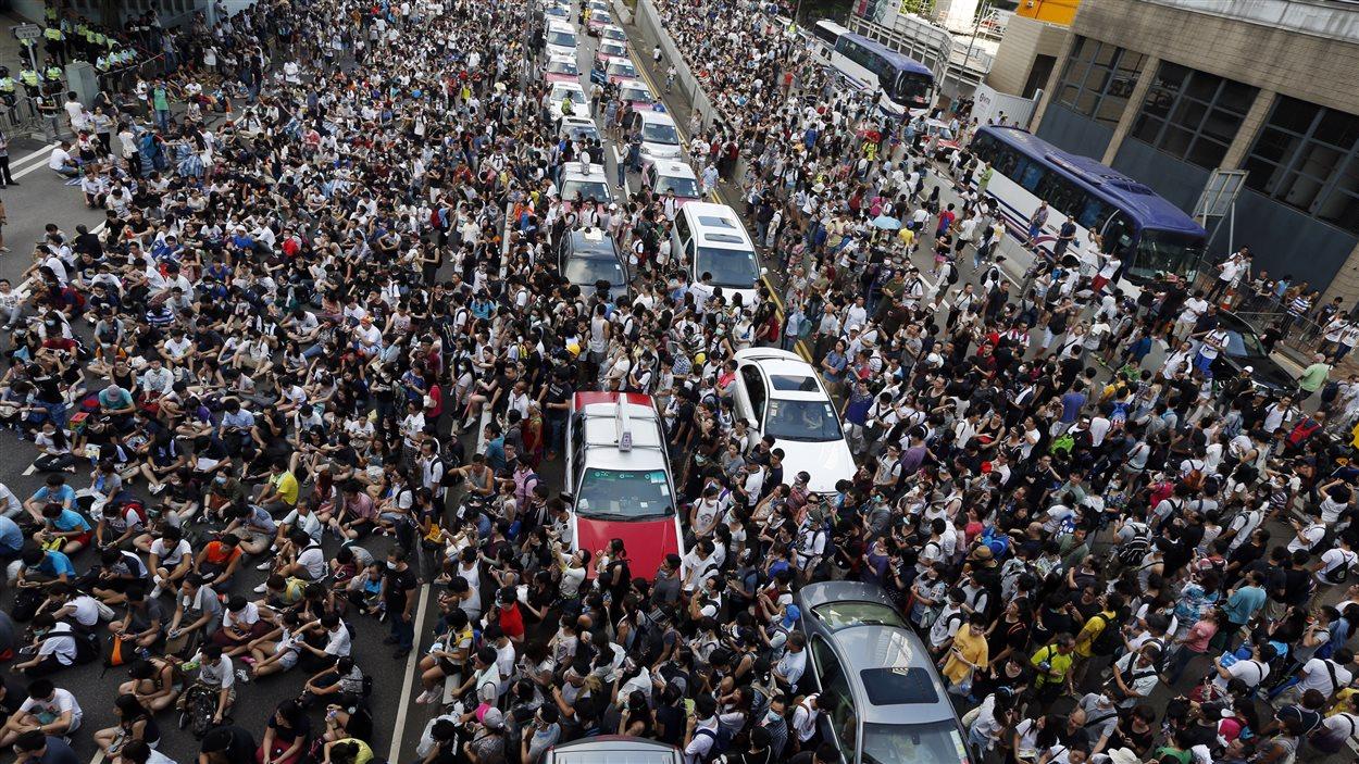 Des dizaines de milliers de manifestants ont bloqué le trafic à Hong Kong.