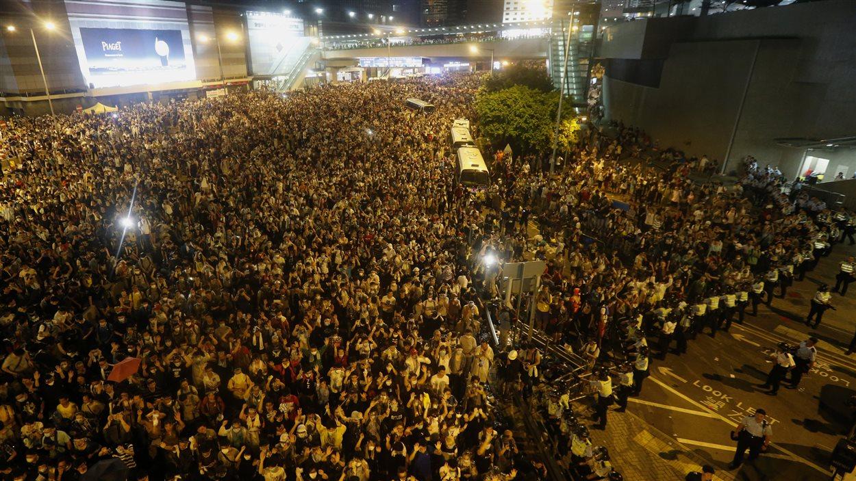 Les manifestants ont bloqué le boulevard principal menant au centre financer de Hong Kong.