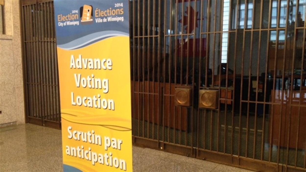 Une affiche annonce l'ouverture du scrutin par anticipation à l'hôtel de ville de Winnipeg, le 29 septembre 2014.