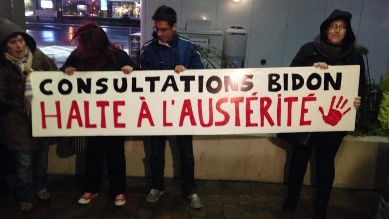 Des manifestants ont accueilli les participants au premier forum de la Commission d'examen sur la fiscalité québécoise, lundi soir à Lévis.