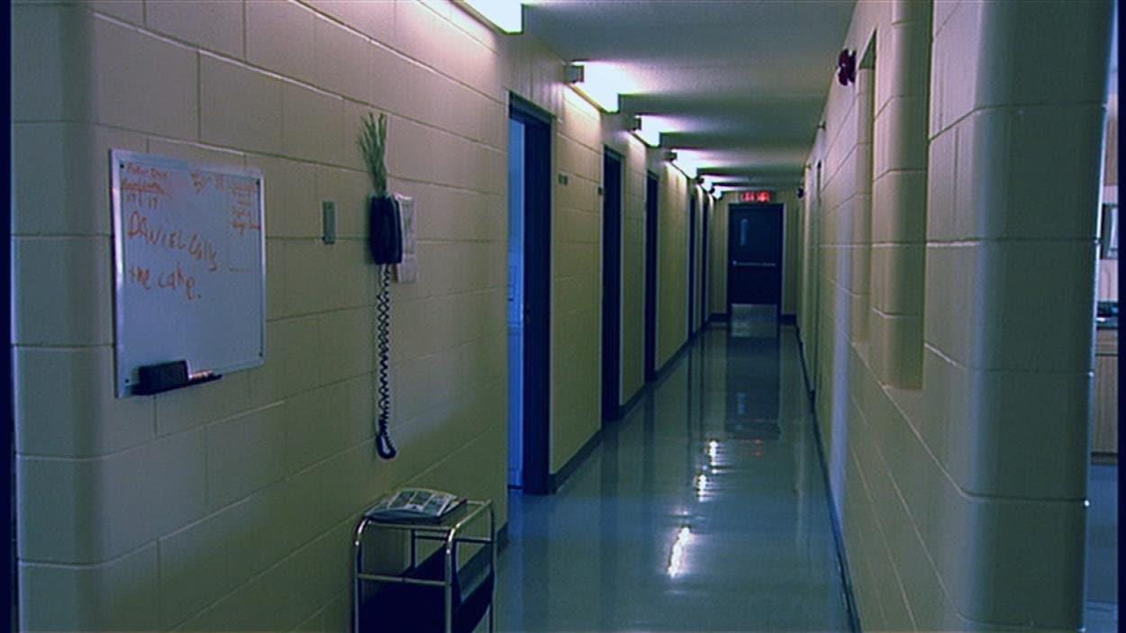 Un corridor du pensionnat du Collège Mathieu, vide.