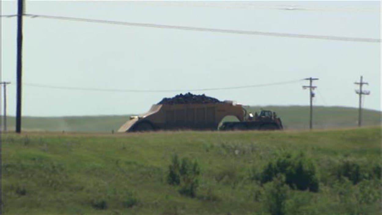 Un camion de charbon se dirige vers la centrale Boundary Dam à Estevan