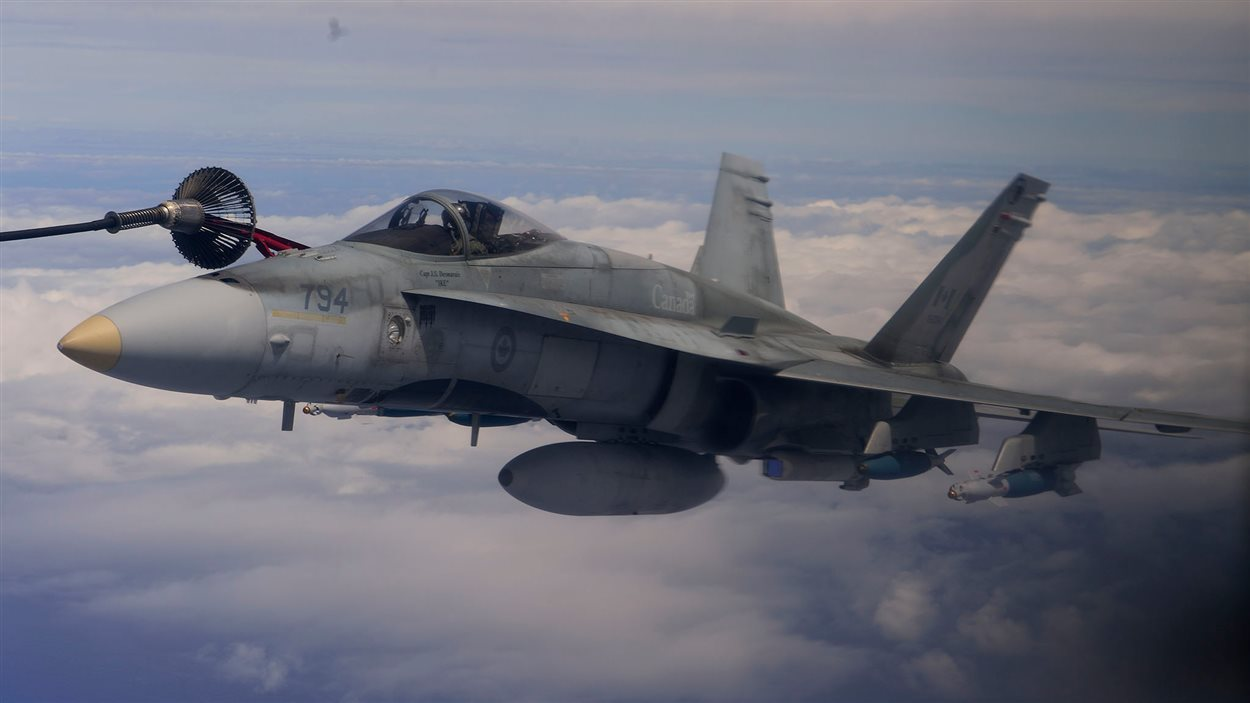 Un chasseur CF-18 de l'armée canadienne ravitaillé lors d'un exercice.