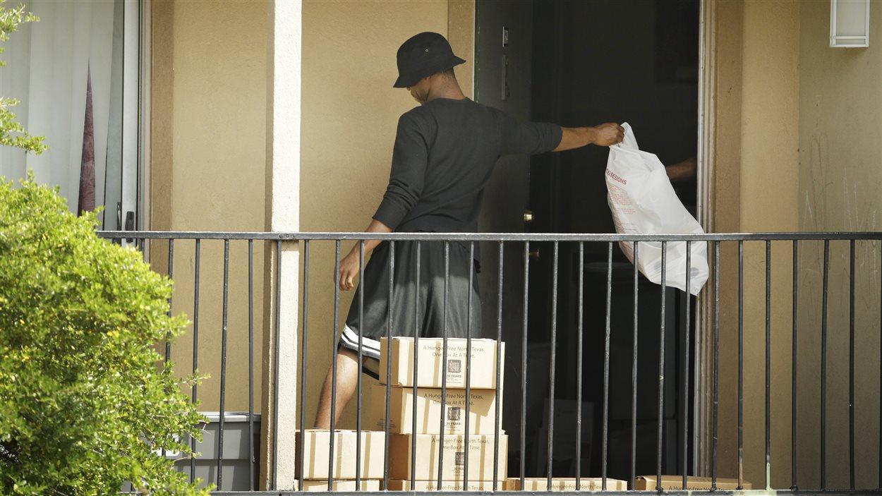 Le Croissant américain et la banque alimentaire du Texas acheminent de la nourriture au domicile de Thomas Eric Duncan, mis en quarantaine avec sa famille.