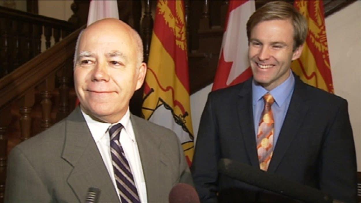 Le chef du Parti vert, David Coon (à gauche) et le premier ministre désigné du Nouveau-Brunswick, Brian Gallant.
