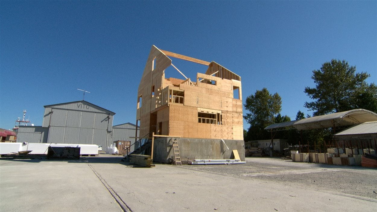 Une maison flottante en construction.