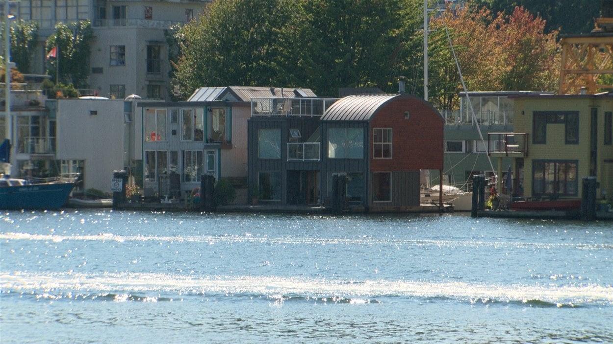 Vivre dans sa maison sur l 39 eau toute l 39 ann e ici radio - Maison flottante ...