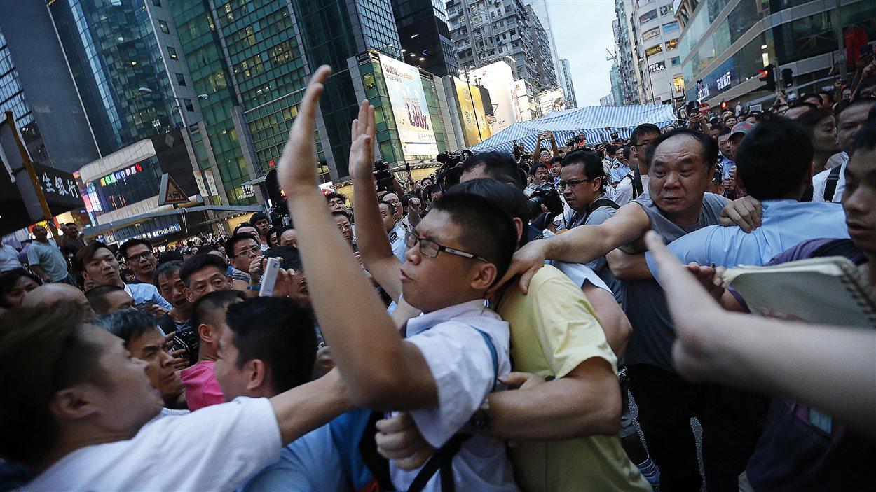 Hong Kong: des affrontements ont éclaté entre militants pro-Pékin et les manifestants qui bloquent les rues de la ville