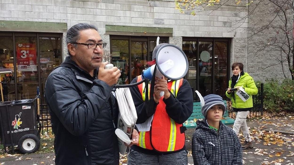Le député du NPD, Roméo Saganash, lors de la vigile à Val-d'Or pour les femmes autochtones disparues ou assassinées.