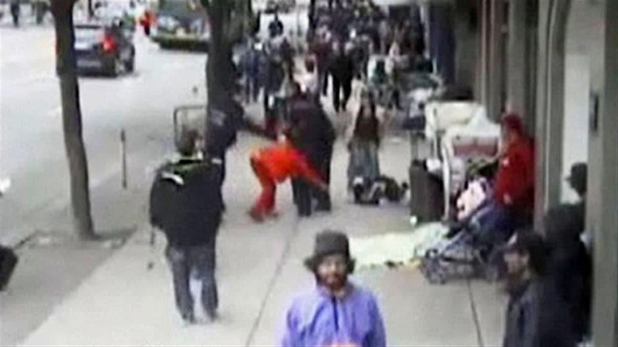 Une capture d'écran de la vidéo montrant l'agent Taylor Robinson en train de pousser Sandy Davidsen au sol, en juin 2010, dans le Downtown Eastside de Vancouver.