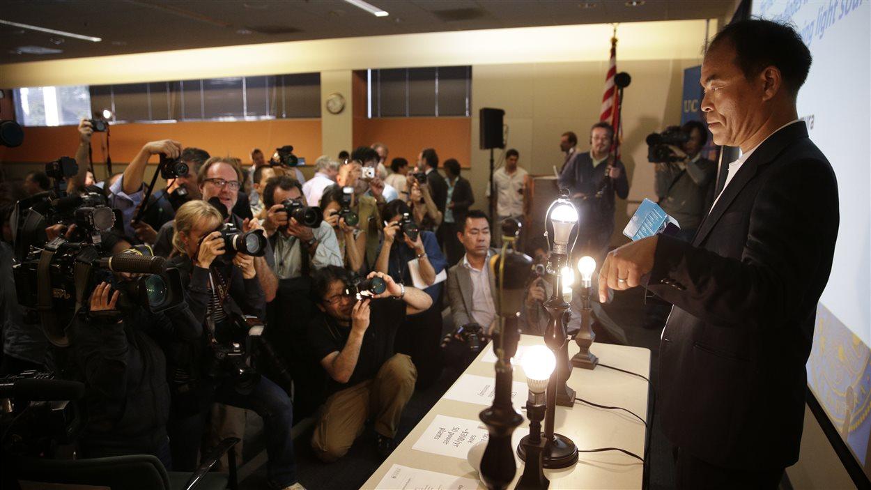 L'Américain d'origine japonaise Shuji Nakamura, un des inventeurs de l'ampoule DEL explique son fonctionnement en conférence de presse, mardi.