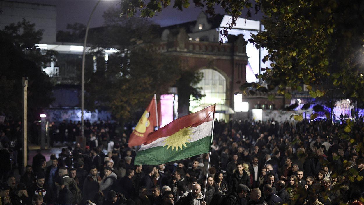 Des manifestants portent le drapeau du Parti des travailleurs du Kurdistan (PKK-interdit) durant un rassemblement contre le groupe armé État islamique à Hambourg en Allemagne le 8 octobre 2014.