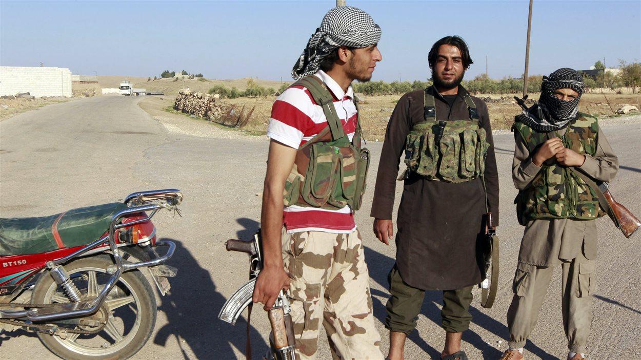 Des djihadistes tiennent une intersection en préiphérie de Kobané.
