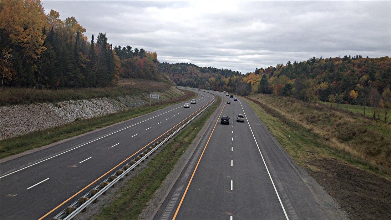 Les automobilistes peuvent emprunter le nouveau tronçon de l'autoroute 5, entre les chemins Maclaren et de la Rivière. (10-10-14)