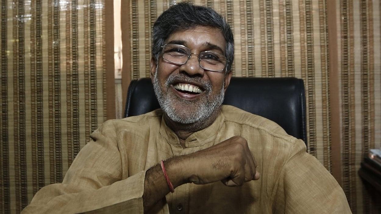 Kailash Satyarthi, tout sourire, pose pour les caméras.