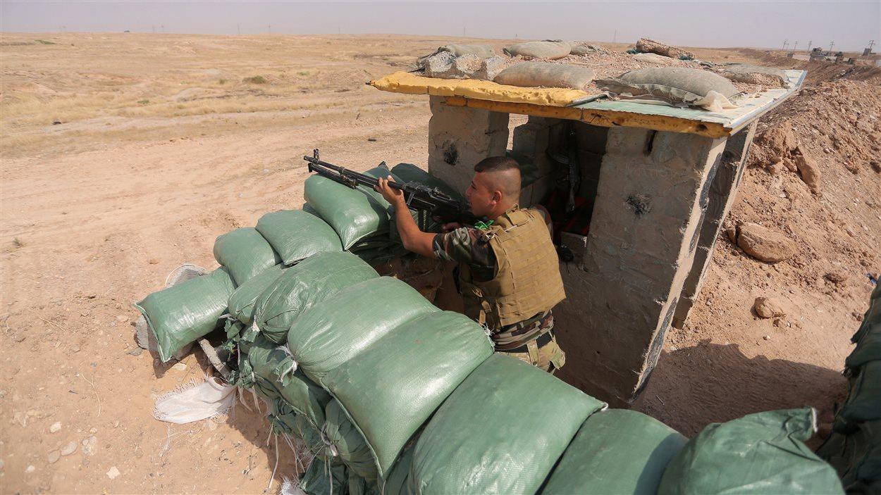 Un chiite irakien tient une position à Qara Tappa, dans le nord de l'Irak.