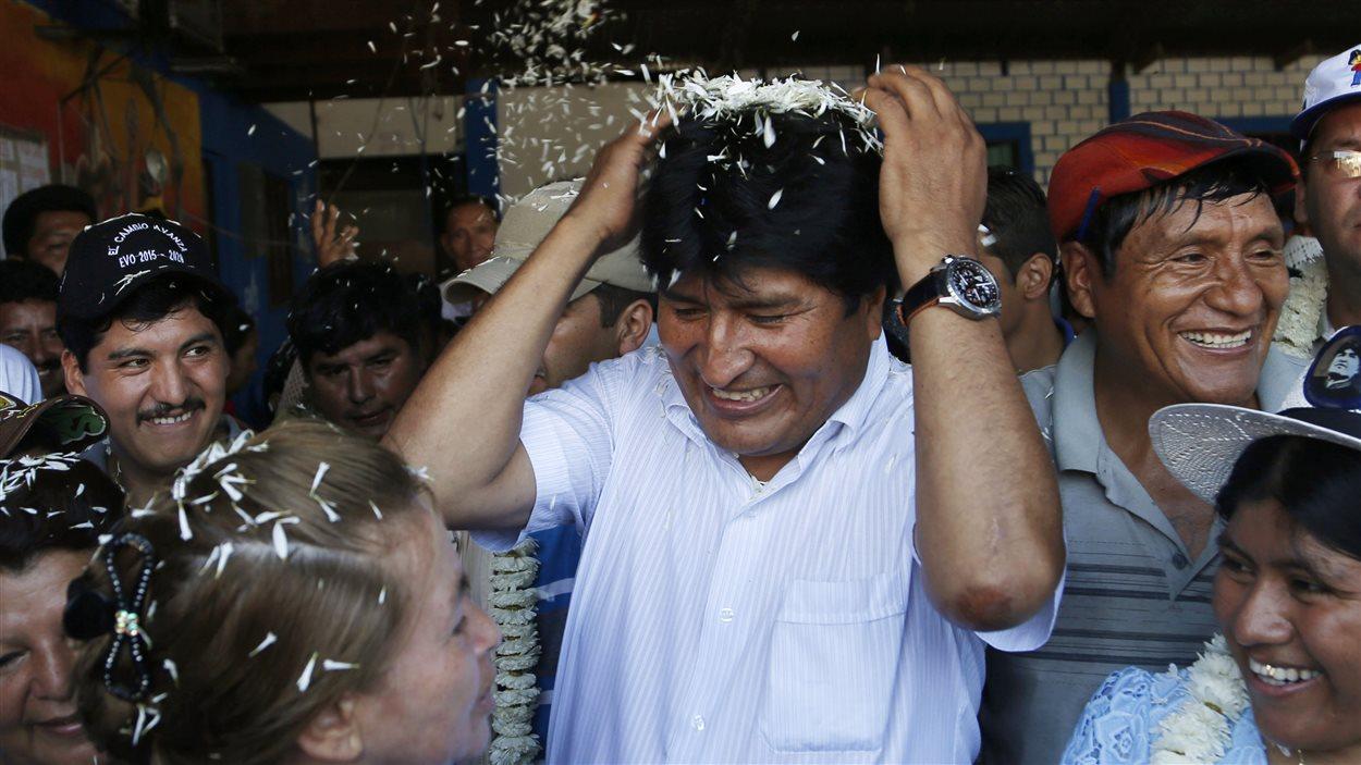 Le président sortant de la Bolivie, Evo Morales, est accueilli par des partisans à son arrivée au bureau de vote, dimanche.