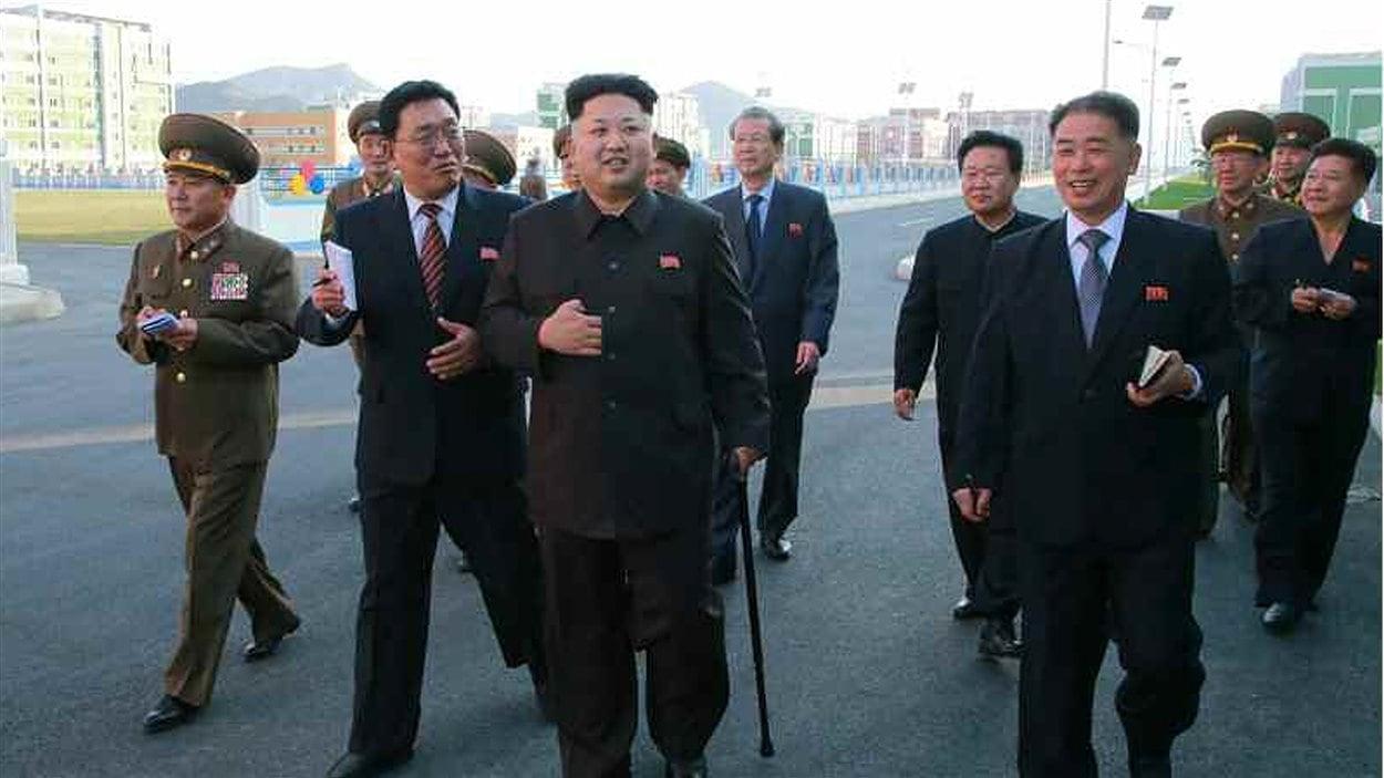 Kim Jong-un, marchant avec une canne après avoir disparu pendant six semaines