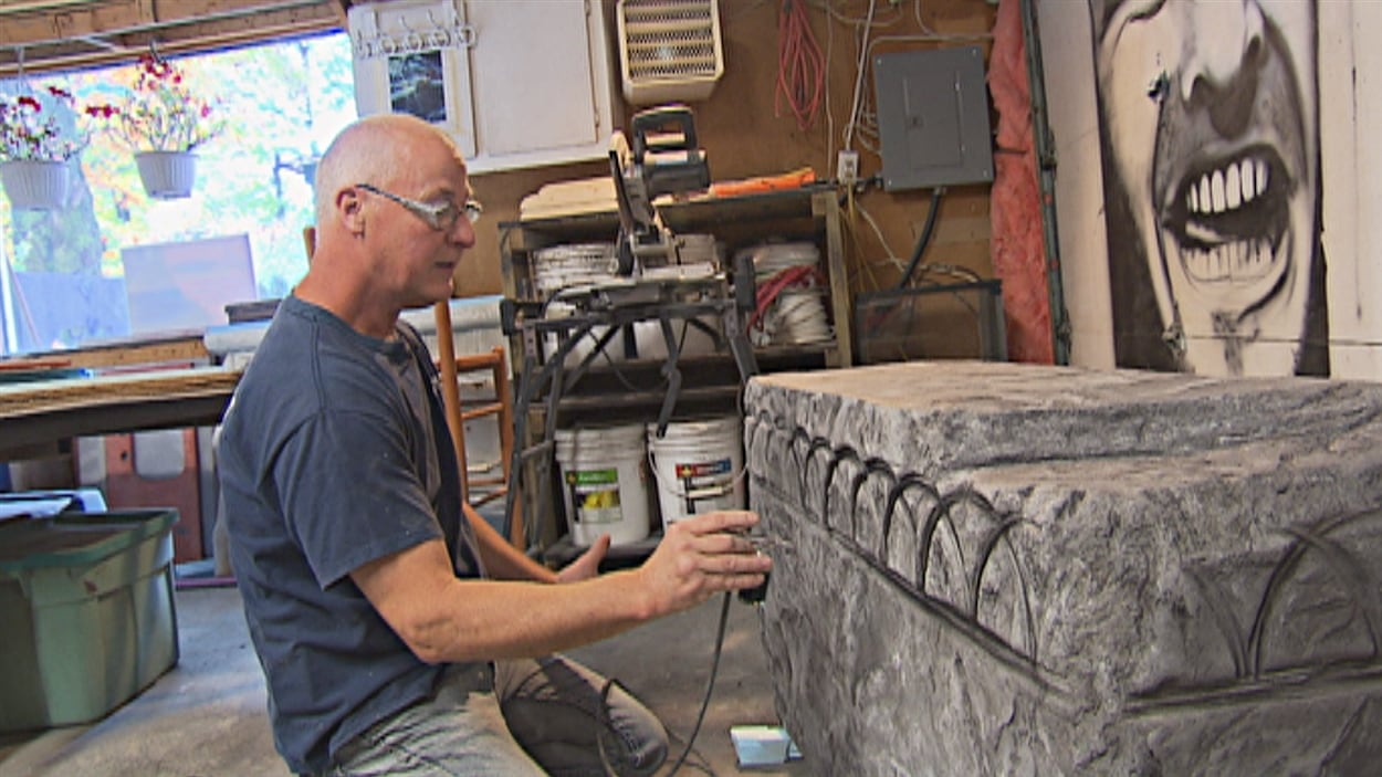 Sylvain Bolduc à l'oeuvre dans son atelier