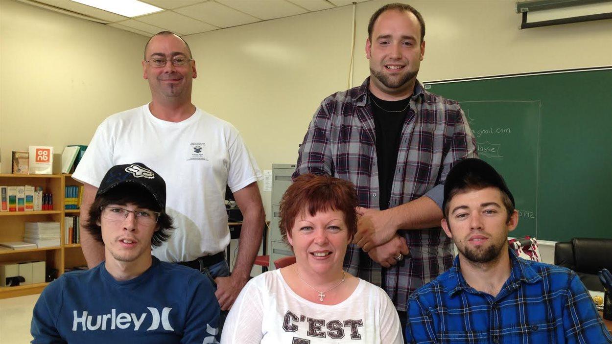cinq personnes dans une classe.
